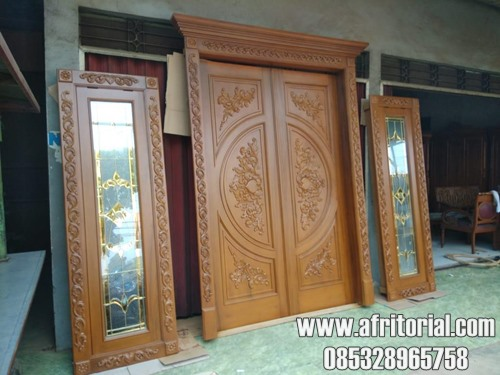 Pintu Kayu Ukir Kupu Tarung Dengan Jendela Kaca